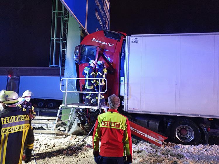 Schwerer Verkehrsunfall mit LKW, Bild 1