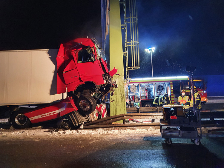 Schwerer Verkehrsunfall mit LKW, Bild 2